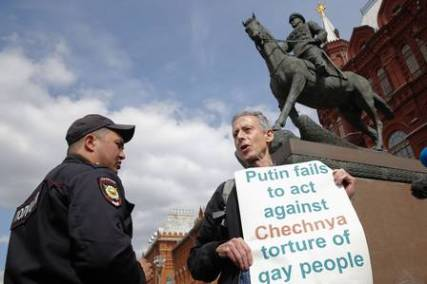x77306140_british-gay-rights-activist-peter-tatchell-stages-an-anti-putin-protest-in-front-of-a-monum.jpg.pagespeed.ic.MvP-MQ7v03
